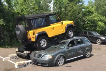 Land Rover Defender striveste doua autoturisme
