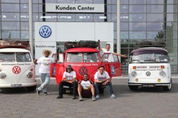 Cinci fani Volkswagen sosiți la un dealer din Hanovra cu Transporterele lor