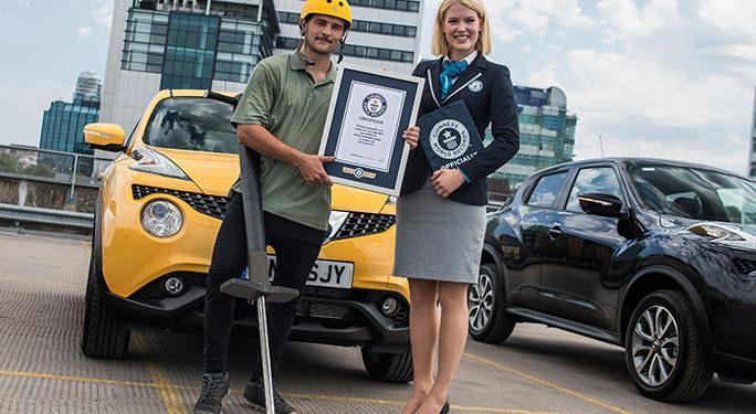 Record mondial la săritura cu pogo stick-ul